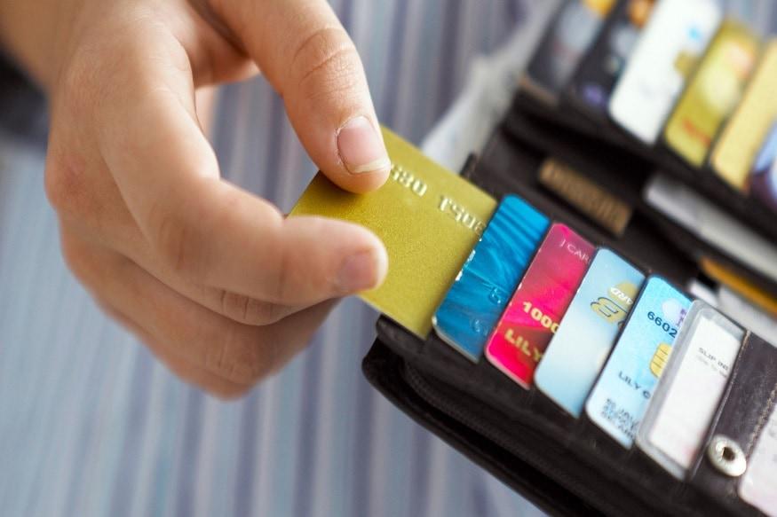 अगर आप अपने क्रेडिट कार्ड का बिल भरना भूल जाते है तो टेंशन लेने की जरूरत नहीं है, क्योंकि बैंक आम तौर पर यह नहीं बताते हैं कि क्रेडिट कार्ड बिल पर लेट पेमेंट चार्ज कब लगता है. आज हम आपको इन सब चीजों की जानकारी दे रहे है.
