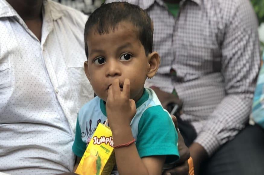 अमृतसर के जोड़ा फाटक में हुए दर्दनाक ट्रेन हादसे में उत्तर प्रदेश के कई परिवारों को जिंदगी भर न भूलने वाला गम दे दिया. उत्तर प्रदेश और बिहार के कई जिलों के लोग इस हादसे का शिकार हो गए. ऐसा ही एक बच्चा आरुष है, जिसने दो साल की उम्र में ही अपने दस साल के भाई अभिषेक और पिता दिनेश को खो दिया.