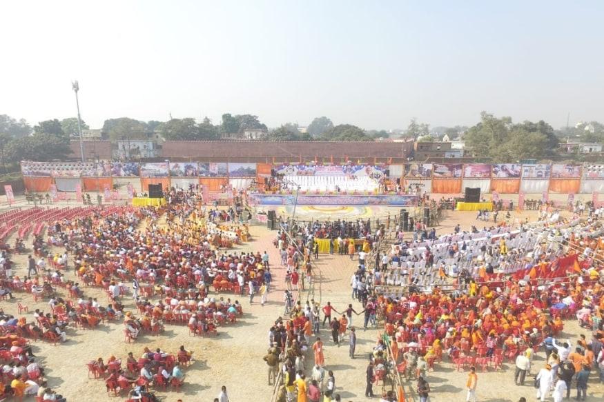 अयोध्या में आयोजित हुई विश्व हिंदू परिषद की धर्मसभा को लेकर उत्तर प्रदेश पुलिस की तरफ से कहा गया कि करीब 75 हजार लोगों की भीड़ कार्यक्रम में उमड़ी. इसके अलावा अयोध्या में 20 से 25 हजार लोग आते—जाते दिखाई दिए. उधर कार्यक्रम की ड्रोन की तस्वीरें सामने आई हैं.