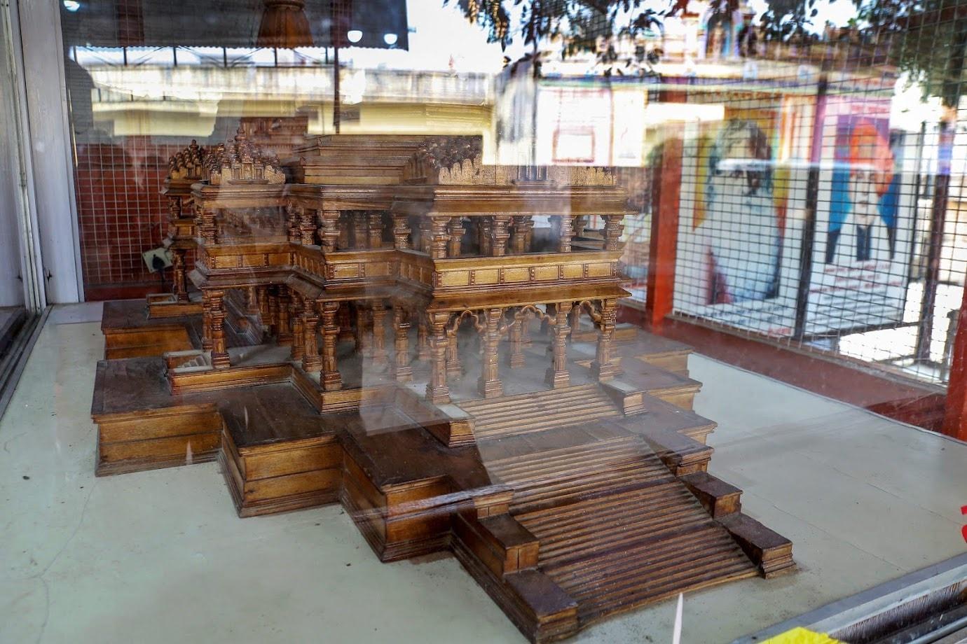 अयोध्या के कारसेवकपुरम में राम जन्मभूमि न्यास द्वारा संचालित कार्यशाला में कार्य की प्रगति धीमी हो गई है. ऐसा कोष की कमी और कारीगरों व शिल्पकारों की संख्या में कमी आने के कारण हुआ है. यह जानकारी 'मंदिर' निर्माण के लिए 1990 से चलाई जा रही कार्यशाला के प्रभारी ने दी है. यहां पर एक शीशे के बॉक्स में प्रस्तावित राम मंदिर का लकड़ी का मॉडल भी रखा हुआ है (All images:PTI)