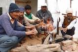 VIDEO: रात भर हुई बारिश के बाद बढ़ी ठंड, लोगों ने लिया अलाव का सहारा