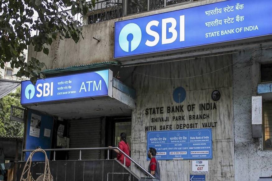 देश के सबसे बड़े बैंक स्टेट बैंक ऑफ इंडिया (SBI) में अगर आपका अकाउंट है तो आपको दो तारीख याद रखने की जरूरत है. क्योंकि इन तारीखों से एसबीआई में कुछ बदलाव होने जा रहा. पहला, एसबीआई ने अपने सभी अकाउंट होल्डर को 30 नवंबर तक अपना मोबाइल नंबर बैंक अकाउंट से लिंक करने को कहा है. दूसरा, बैंक के सभी ग्राहक 31 दिसंबर तक अपने मैग्नेटिक स्ट्रिप वाले डेबिट या क्रेडिट कार्ड को हर हाल में नए EMV चिप वाले कार्ड से बदल लें. ऐसा नहीं करने पर आप मुश्किल में फंस सकते हैं.