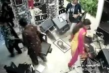 VIDEO: महिलाओं ने ब्यूटी पार्लर में मचाया तहलका