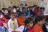 VIDEO: छुट्टी वाले दिन बच्चों को पढ़ाने आते हैं बीडीओ साहब!