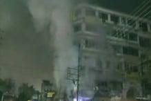 VIDEO: इंदौर में रेलवे क्रॉसिंग के सामने दुकान में लगी आग, लाखों का सामान खाक
