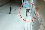 CCTV - बेगूसराय में चोरों ने शटर तोड़कर ऐसे की चोरी