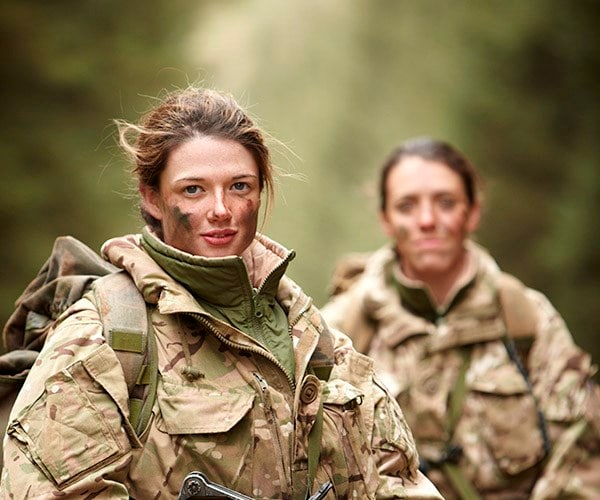 सेना प्रमुख जनरल बिपिन रावत द्वारा सेना में महिलाओं के कॉम्बैट रोलपर दिए बयान को लेकर सोशल मीडिया पर काफी विरोध हो रहा है. न्यूज़ 18 को दिए एक एक्सक्लूसिव इंटरव्यू में जनरल बिपिन रावत ने इसका कारण बताया कि महिलाओं का पहला काम बच्चे पालना है और फ्रंटलाइन पर वो सहज भी महसूस भी नहीं करेंगी और जवानों पर कपड़े बदलते समयअंदर ताक-झांककिए जानेका आरोप भी लगाएंगी. इसलिए उन्हें कॉम्बैट रोल के लिए भर्ती नहीं किया जाना चाहिए. क्या आप जानते हैं कि दुनिया के बहुत से देश ऐसे हैं जहांलड़ाई को लीड करती हैं महिलाएं. लाई 2016 में, प्रधानमंत्री डेविड कैमरून ने ब्रिटिश सेना में करीबी मुकाबला इकाइयों में सेवारत महिलाओं पर लगे प्रतिबंध को हटा लिया. उस वर्ष मई में, रक्षा मंत्रालय ने लीड रोल में महिलाओं की भूमिका पर एक पेपर प्रकाशित किया और कहा, महिलाओं का बड़ी भूमिकाएं निभाना रक्षा के लिए उपलब्ध प्रतिभा को बढ़ाएगा और सभी सेवा कर्मियों के लिए अवसर की समानता प्रदान करेगा.