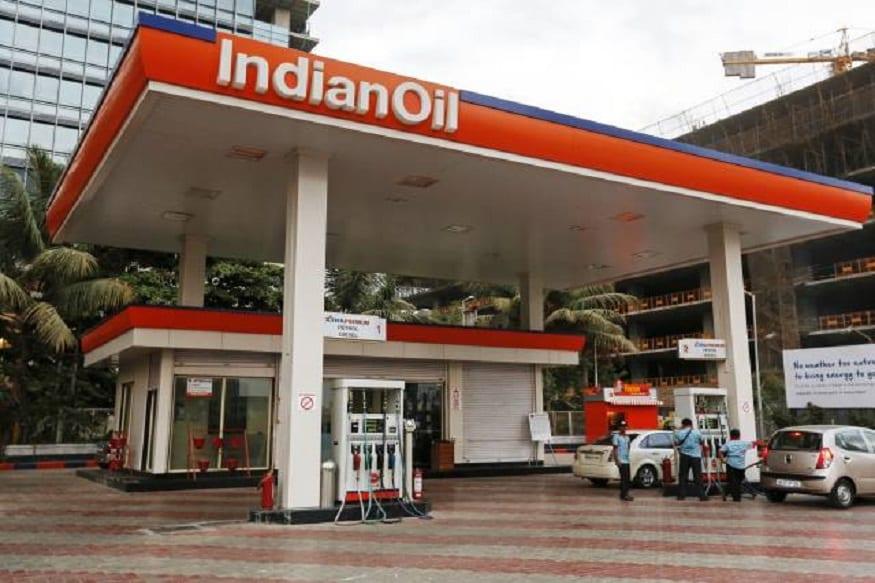 पेट्रोल पंप बहुत ही फायदेमंद बिजनेस माना जाता है. सही जगह पर पेट्रोल पंप खोलकर आप अच्छी कमाई कर सकते हैं. सरकारी तेल कंपनी इंडियन ऑयल कॉर्पोरेशन लिमिटेड (IOCL) देश भर में पेट्रोल पंप की डीलरशिप दे रही है. IOC ने देश भर में 27,000 नए पेट्रोल पंप के लिए आवेदन मांगे हैं. अगर आपके पास ज्यादा पैसे नहीं हैं और आपके नाम पर जमीन नहीं है, तो भी अब आप पेट्रोल पंप डीलरशिप के लिए अप्लाई कर सकते हैं. आइए जानते हैं कहां और कैसे करें अप्लाई...