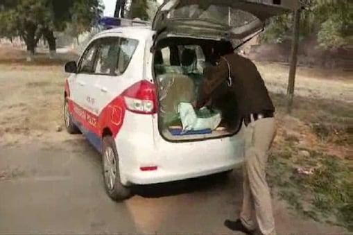 नवजात के शव को पोस्टमार्टम के लिए ले जाती पुलिस