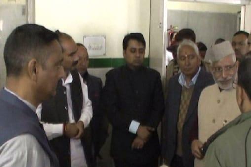 केन्द्रीय राज्य मंत्री अजय टम्टा और राज्यसभा सांसद प्रदीप टम्टा ने अल्मोड़ा बेस अस्पताल जाकर बीमारों का हालचाल जाना.