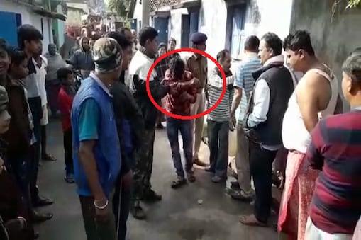 चोर को पिटाई के बाद पुलिस को सौंपते इलाके के लोग