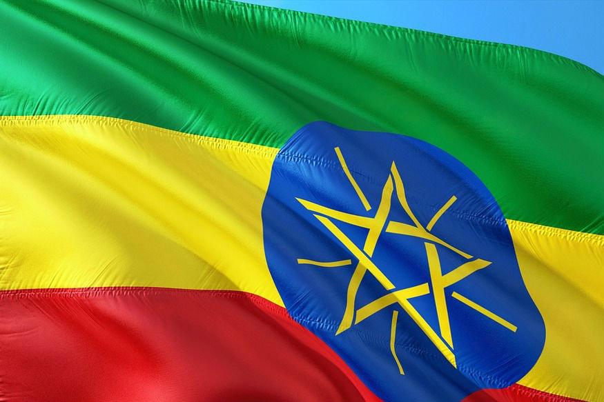 नए साल का पहला सप्ताह खत्म होने को है और इसके साथ ही सेलिब्रेशन में लगे लोग अपनी रूटीन में लौट रहे हैं. हालांकि एक ओर जहां पूरी दुनिया में साल 2020 शुरू हो चुका है तो दूसरी ओर दुनिया का एक देश ऐसा भी है जहां अब भी 2011 चल रहा है. अफ्रीकी देश इथियोपिया का कैलेंडर दुनिया से 7 साल, 3 महीने पीछे चलता है. ये देश और भी कई मामलों में एकदम अलग है, जैसे यहां पर साल के 12 की बजाए 13 महीने होते हैं. जानिए, क्यों ये देश साल और वक्त के मामले में दुनिया से इतना अलग है.