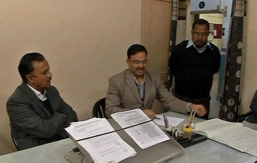जिला उद्योग केंद्र के महाप्रबन्धक राहुल देव सिंह शिक्षा विभाग के कार्यालय का निरीक्षण करते