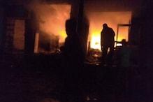 सुजानगढ़ में नया बाजार स्थित पटाखों की दो दुकानों में लगी आग
