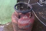 VIDEO: सिलेंडर में लगी आग बिजली मीटर तक पहुंची, काबू पाने में युवक का जला हाथ