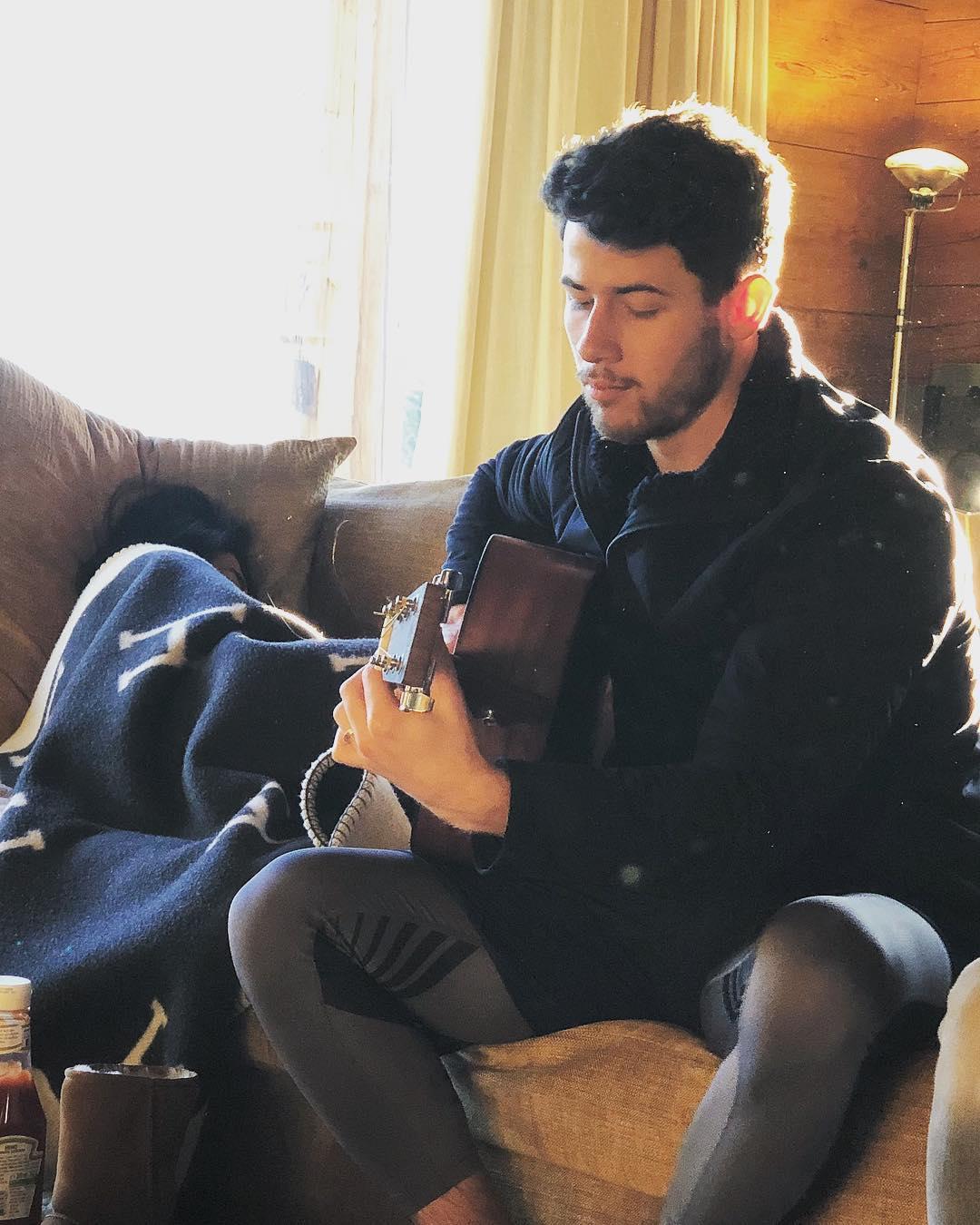 ये देखिए ये है वो तस्वीर जो हर तरफ छा गई थीं. इसमें एक तरफ जहां निक जोनस गिटार बजाते नजर आ रहे हैं तो वहीं उनके साथ मौजूद प्रियंका कंबल ओढ़ कर सो रही थीं.