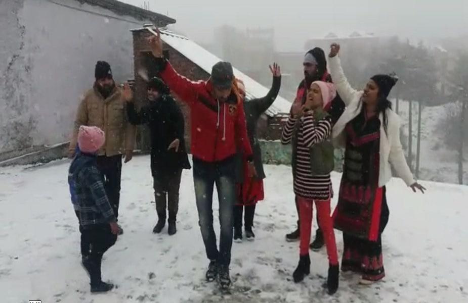 बर्फबारी का आनंद लेने यहां बाहरी राज्यों से पर्यटक भी पहुंचे हुए हैं जो खूब लुत्फ उठा रहे हैं.