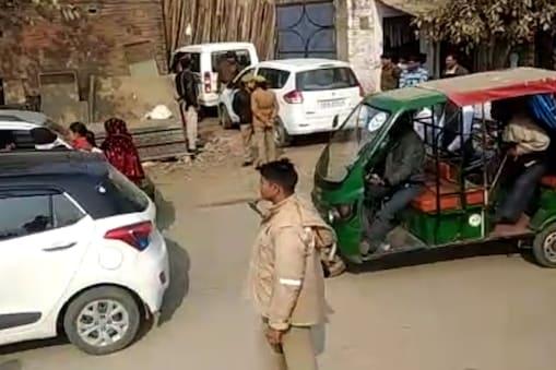 जांच करती पुलिस टीमें. Photo: News 18