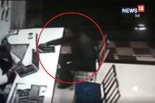 VIDEO: ज्वेलरी शॉप में लूट, सोने की चार चेन लूटकर बदमाश फरार