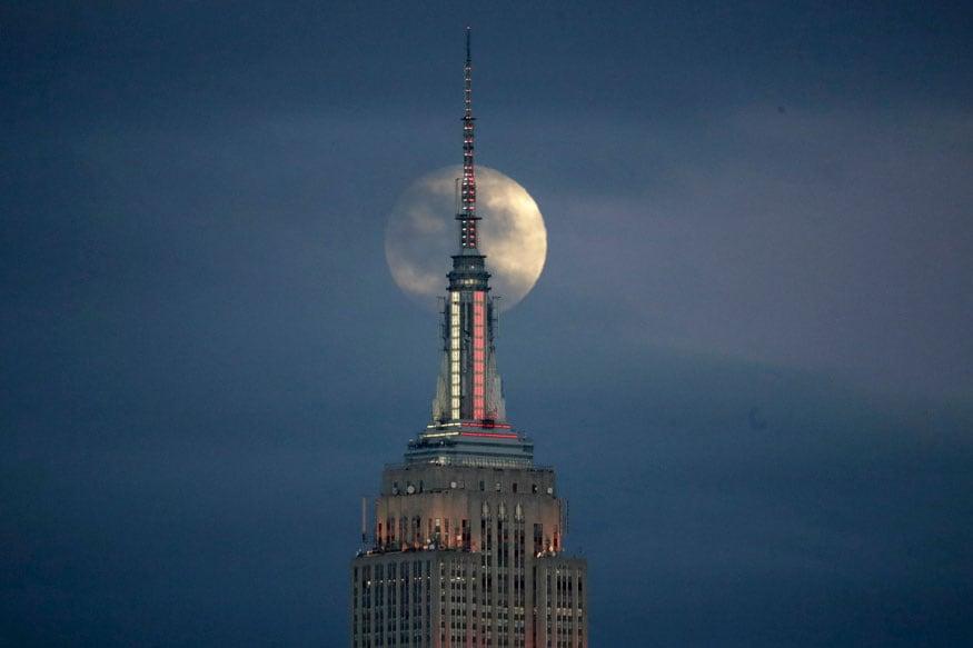 जर्सी सिटी, एन.जे. में एम्पायर स्टेट बिल्डिंग के पीछे चंद्र ग्रहण की शुरुआत में कुछ इस तरह हुआ चांद का दीदार. (चित्र: AP)