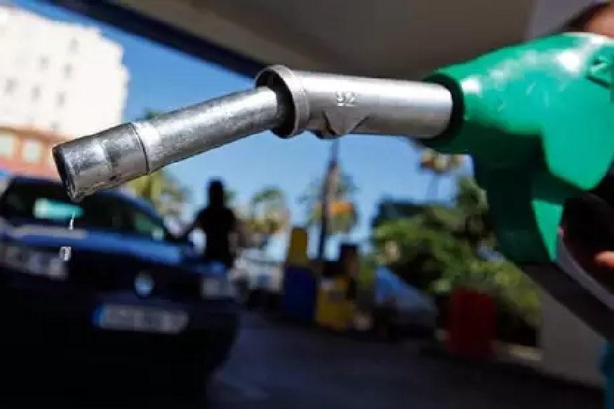 कच्चे तेल की कीमतों में गिरावट आने से पेट्रोल और डीजल के दामों में लगातार कमी हो रही है. शुक्रवार को बिहार के कई बड़े शहरों में पेट्रोल डीजल की कीमतों में बदलाव देखने को मिला. राजधानी पटना में पेट्रोल 47 पैसे प्रति लीटर सस्ता हुआ है. जबकि डीजल की कीमत में 43 पैसे प्रति लीटर की कमी आई है. बिहार के बड़े शहरों में आज क्या हैं पेट्रोल डीजल के दाम आगे देखें...