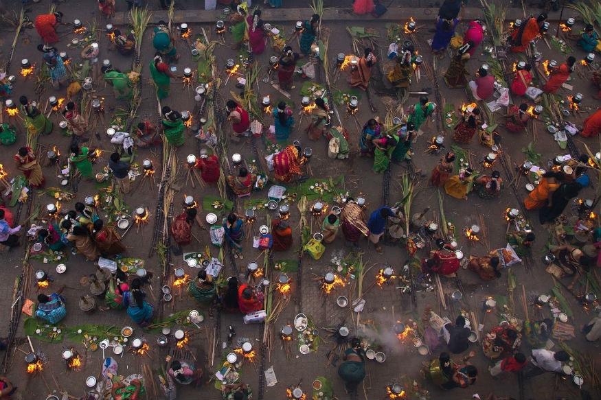 பொங்கல் Pongal 2019 तमिलनाडु में मनाया जाने वाला पोंगल का त्योहार चार दिनों तक चलता है. चौथे दिन कन्या पोंगल मनाया जाता है. 17 जनवरी यानी कि आज तमिलनाडु में कन्या पोंगल मनाया जा रहा है. इसे तिरूवल्लूर के नाम से भी जाना जाता है. इस दिन पूरा परिवार साथ एकत्र होकर स्वादिष्ट भोजन का लुत्फ़ उठाता है. आइए जानते हैं कन्या पोंगल के बारे में ख़ास बातें.