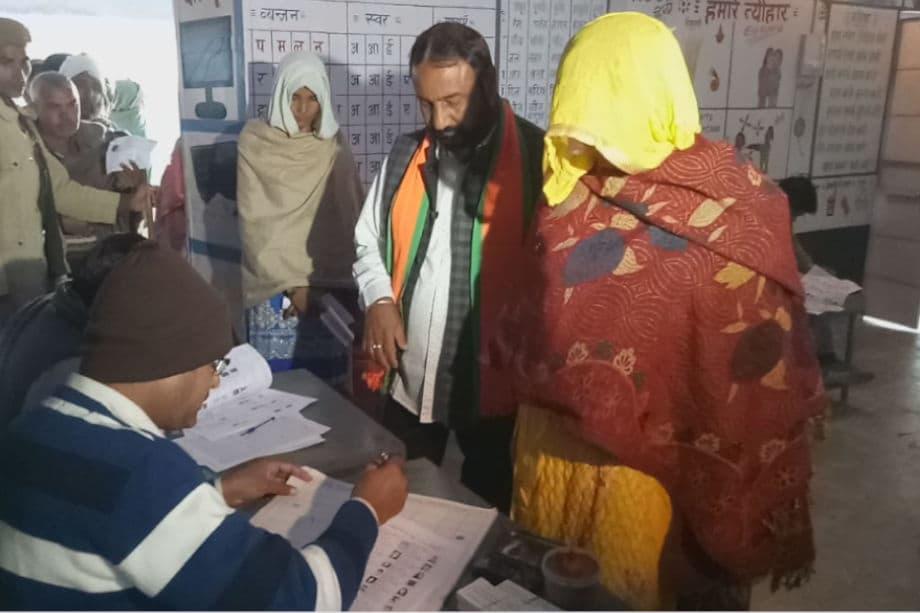 राजस्थान के अलवर जिले की रामगढ़ विधानसभा सीट पर सोमवार को मतदान हो रहा है. क्षेत्र के 2.35 लाख से अधिक मतदाता 20 प्रत्याशियों के भाग्य का फैसला करेंगे और नतीजों की घोषणा31 जनवरी को होगी.कांग्रेस विधानसभा में 199 सीट पर हुए चुनाव में 99 सीट ही जीत पाई थी, अब अगर रामगढ़ जीती तो उसकी सीटों का आंकड़ा भी 100 हो जाएगा, आरएलडी की एक सीट मिलाकर बहुमत का आंकड़ा 101 हो जाएगा. इस सीट पर कांग्रेस, बीजेपी और बसपा के बीच मुकाबला है. रामगढ़ के चुनाव परिणाम आने वाले दिनों में प्रदेश के सियासी माहौल का रुख तय करेंगे, अगली स्लाइड्स में देखें, मतदान की तस्वीरें...