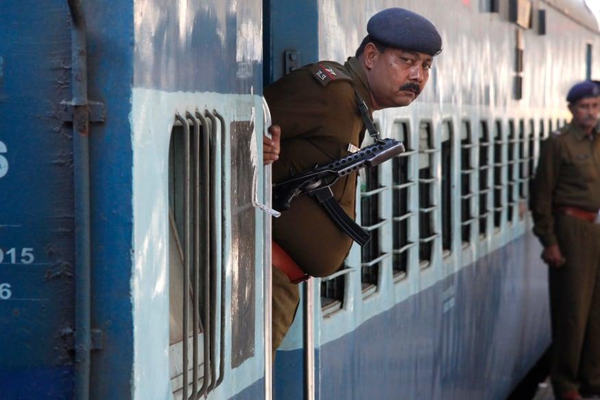 रेलवे सुरक्षा बल ने कॉन्स्टेबल के 798 पदों पर भर्तियों के लिए आवेदन मंगाए हैं. इन पदों पर आवेदन करने के लिए 18 साल से 25 साल के मैट्रिक पास उम्मीदवार अप्लाई कर सकते हैं. आवेदन करने के लिए rpfonlinereg.co.in पर विजिट करें.
