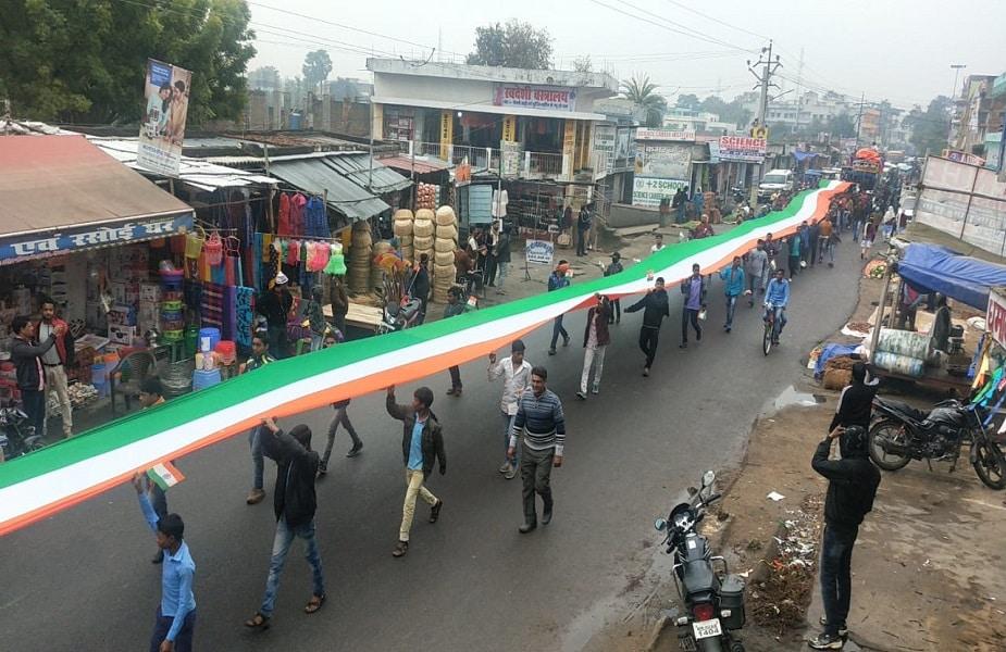 बिहार में गया जिले के नक्सल प्रभावित क्षेत्र शेरघाटी में पहली बार तिरंगा यात्रा निकाली गई, जिसमें सैकड़ों की संख्या में युवक-युवती, छात्र-छात्रा एवं बुद्धिजीवी समाज के प्रतिनिधि शामिल हुए. 150 मीटर की तिरंगा को लेकर राष्ट्र भक्ति गीत की धुन पर सैकड़ों लोग बीटी बीघा गांव से शेरघाटी प्रखंड कार्यालय तक 8 किलोमीटर तक पैदल मार्च किया