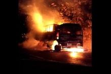 VIDEO: बीच सड़क पर धूं-धूं कर जलने लगा कपास से भरा ट्रक