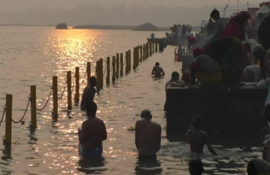सोमवार को सोमवती और मौनी अमावस्या पर मध्य प्रदेश की नदियों में लाखों श्रद्धालुओं ने स्नान किया.