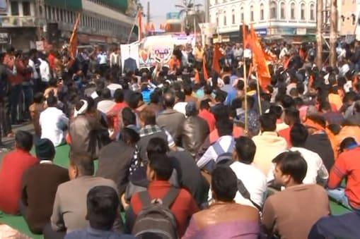 विरोध प्रदर्शन करते बजरंग दल के कार्यकर्ता