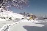 VIDEO: अपर शिमला में तीन फीट बर्फबारी, बंद मार्गों को खोलने में जुटे कर्मचारी
