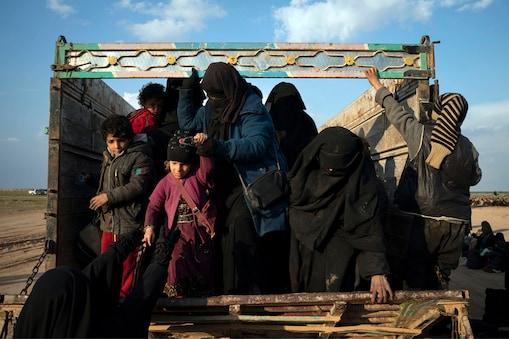 सेना ने करीब चालीस ट्रकों में आदमियों, औरतों और बच्चों को भरकर जगह खाली करवाई. (AP फोटो)