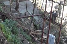 VIDEO: शिमला: लैंड स्लाइड से ट्रांसफार्मर पर जा गिरे पेड़, बिजली आपूर्ति ठप