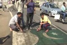 PHOTO: पुलवामा हमले से गुस्साए लोगों ने सड़क पर पाकिस्तान का झंडा बनाकर मारी चप्पल