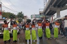 प्रियंका गांधी के रोड शो में कार्यकर्ताओं ने शरीर पर पेंट करवाया 'चौकीदार चोर है'
