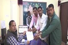 VIDEO: गांव वालों ने शहीदों के परिजनों के लिए इकट्ठा की गई राशि एडीएम को सौंपी