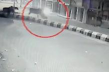 CCTV VIDEO: बाइकसवार की जान पर ऐसे बन आई जब सड़क पर आपस में भिड़े सांड