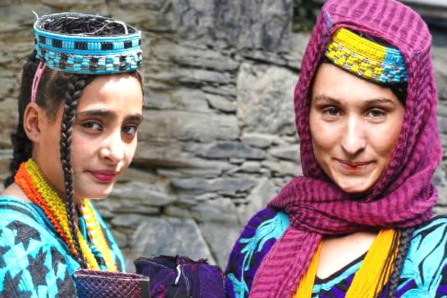 पाकिस्तान के अफगानिस्तान से सटे बॉर्डर पर सटी कलाशा जनजाति पाकिस्तान के सबसे कम संख्या वाले अल्पसंख्यकों में गिनी जाती है. इस जनजाति के सदस्यों की संख्या लगभग पौने 4 हजार है. ये अपनी अजीबोगरीब और कुछ मामलों में आधुनिक परंपराओं के लिए जानी जाती है, जैसे इस समुदाय की महिलाओं को गैरमर्द पसंद आ जाए तो वे अपनी शादी तोड़ देती हैं. जानें, इस समुदाय की कुछ खासियतें.