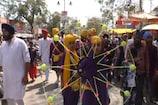 VIDEO: बूंदी में निकले होला मोहल्ला के जुलूस पर लोगों ने की फूलों की बारिश