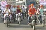 VIDEO: राजस्थान दिवस पर दौसा में कुर्ते और साफे में कलेक्टर ने चलाई बाइक