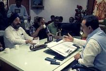 चुनावों के बीच चर्चा में कर्ज माफी योजना, कांग्रेस नेता पहुंच गए बीजेपी नेता के घर!