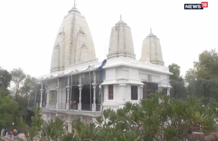 प्रियंका गांधी कल चार बजे के करीब जलमार्ग से भदोही जिले के सीतामढ़ी पहुंचेगीं. जहां वह पार्टी के कार्यकर्ताओं और स्थानीय लोगों से मुलाकात करेंगी. उसके बाद वह सीता समाधि स्थल पर मां सीता के मंदिर में पूजा अर्चना करेंगी.