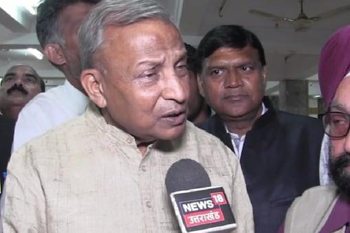 कांग्रेस प्रत्याशी अमरीष कुमार रमेश पोखरियाल निशंक को बाहरी बताकर इसे मुद्दा बनाने की कोशिश कर रहे हैं.