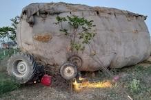 ओवरलोड ट्रैक्टर में भरे भूसे की तिरपाल फटने से वाहन पलटा, दो की मौत