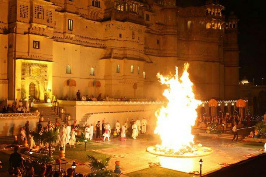 Holi 2019, Holika Dahan: होली का त्योहार बस आने ही वाला है. बाजारों में अभी से रंग और गुलाल देखने को मिल रहे हैं. 20 मार्च, बुधवार की रात होलिका दहन किया जाएगा. इसमें लोग गेंहू की बालें होलिका माई को अर्पित करते हुए अपनी मनोकामना पूरी करने की विनती करते हैं. ये रात पूजा-विधि के लिए बहुत महत्व रखती है. होलिका दहन के बाद कई लोग अपने घर राख ले आते हैं. ये राख कई तरह के दोषों को निवारण करने के लिए काफी उपयोगी है.इस राख को कुछ चीजों के साथ घर में रखकर न केवल नेगेटिविटी को दूर किया जा सकता है बल्कि भाग्य को भी चमकाया जा सकता है.