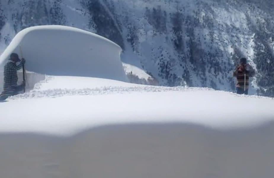 हिमाचल प्रदेश में केलांग जिले के लाहौल घाटी में दो महीने से चन्द्रा घाटी के चार पंचायतों में दूरसंचार सेवा ठप है. परिजनों से बातचीत करने के लिए 40 किलोमीटर भारी बर्फबारी में पैदल चलकर केलांग आना पड़ रहा है.
