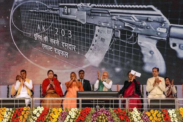अमेठी में प्रधानमंत्री नरेंद्र मोदी और सीएम योगी आदित्यनाथ आयुध निर्माणी परियोजना कोरवा का उद्घाटन करते हुए.