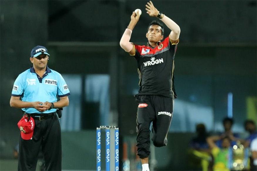 दिल्ली के तेज गेंदबाज नवदीप सैनी ने आईपीएल 2019 के पहले मैच में अपनी गेंदों की रफ्तार से सनसनी मचा दी. उनकी एक गेंद शेन वॉटसन के हेलमेट पर जाकर लगी थी. सैनी को पूर्व क्रिकेटर गौतम गंभीर की खोज कहा जाता है. वे लगातार 140 किलोमीटर प्रति घंटे की रफ्तार से गेंद डालते हैं. (Photo: IPL/BCCI)
